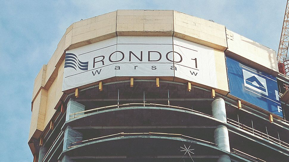 RONDO 1, Warsaw, Poland - The PERI CPP climbing protection panel reliably encloses the upper floors under construction.