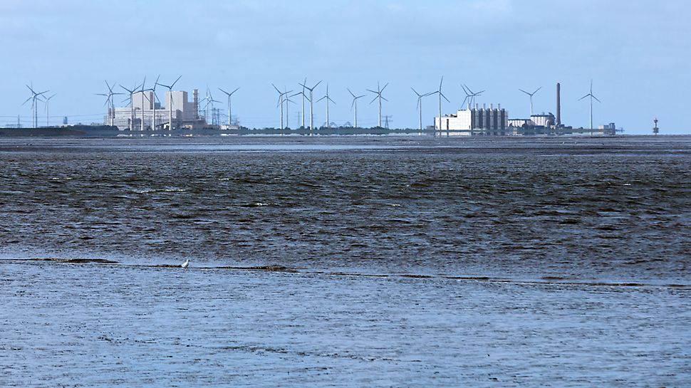 Eemshaven Power Plant, Netherlands - The Eemshaven power plant (left in photo) plays an important role in the modernisation and guaranteeing the electricity supply in the Netherlands – in combination with the utilisation of wind and solar energy.