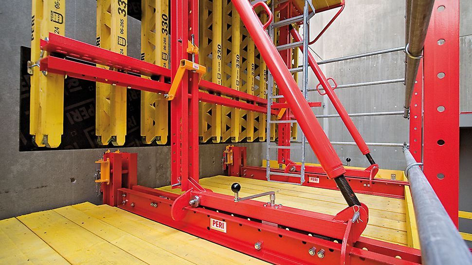 RCS Rail Climbing System: The formwork is securely mounted on the carriage and can be retracted by 90 cm without the use of the crane. Due to the roller bearings, it is easy to operate as well as being jerk-free.
