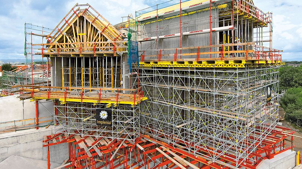 Raised formwork units comprised of system components from the VARIOKIT engineering construction kit support a PERI UP load-bearing scaffold. The heavy-duty spindles allow optimal adaptation to suit the inclined contact areas.