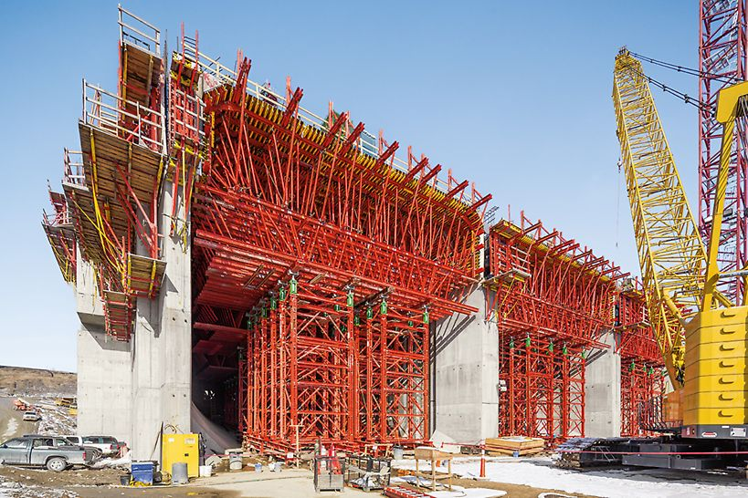 A customized unit and VARIOKIT heavy-duty shoring towers safely transfer the high loads of this over 4.00 m thick power station slab.