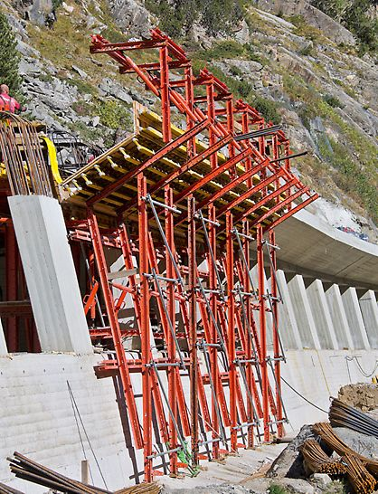 Marchlehner Gallery, Sölden, Austria - The four formwork units for the valley-side 1.50 m cantilevered tunnel slab were likewise based on VARIOKIT system components and could easily be moved by crane using designated lifting points on the gallows construction.