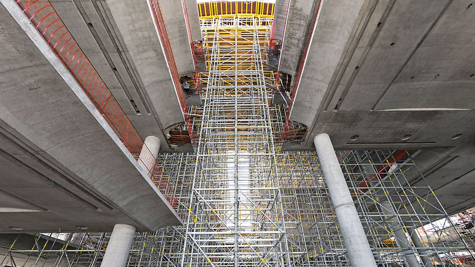 Banco de la Ciudad de Buenos Aires - Due to the metric basic grid dimensions, the PERI UP Rosett Flex scaffolding sub-structure could be optimally adapted to suit the different contact areas.