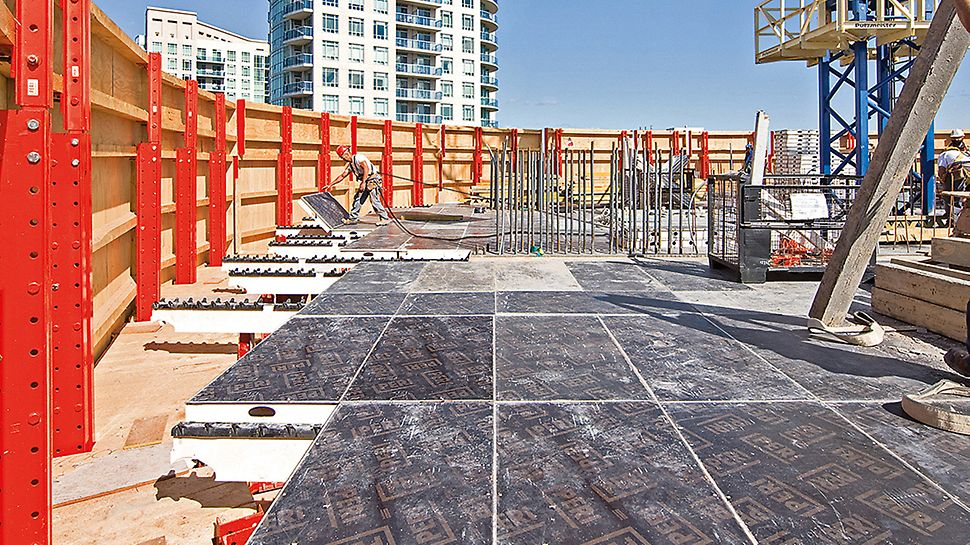 Absolute World, Missisauga, Canada - Protected by the RCS climbing protection panel, safe and fast forming was carried out even at great heights using SKYDECK.