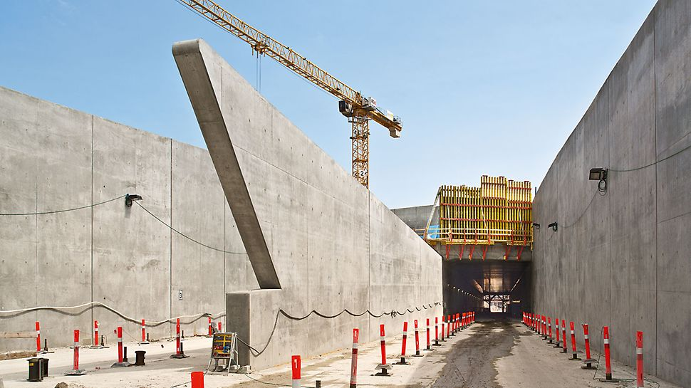 Nordhavnsvej Tunnel - The walls of the tunnel entrances are characterized by their special shape. These areas were formed using project-specific girder wall formwork which included GT 24 formwork girders with special lengths.