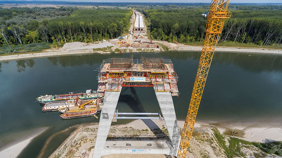 Motorway bridge over the Drava, Osijek - efficient construction has been ensured by PERI engineers by combining the CB and RCS climbing systems to create a customized formwork solution.