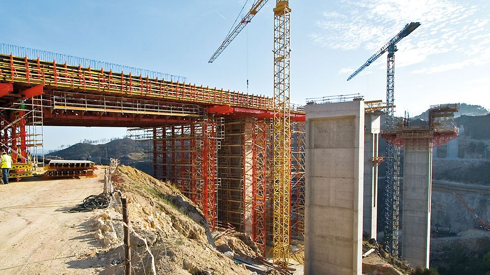 Motorway bridge over the Rio Sordo, Vila Real, Portugal - The VARIOKIT falsework was an important element of a comprehensive PERI formwork and scaffolding solution for the 412 m long motorway bridge which spans the Rio Sordo.
