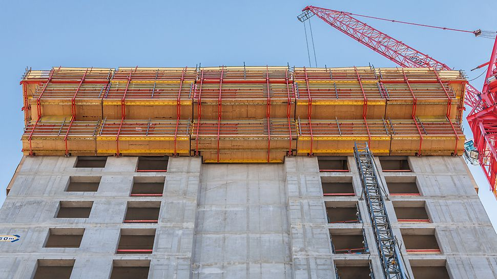 Henninger Turm, Frankfurt am Main: RCS and TRIO formed rail-guided climbing formwork units for the re-created north side of the former grain storage silo.