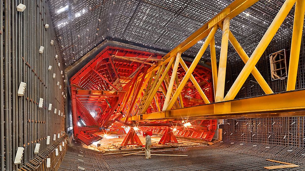 Hongkong-Zhuhai-Macao Bridge (HZMB), China - The internal formwork moves hydraulically over the launching beam into the reinforcement cages.