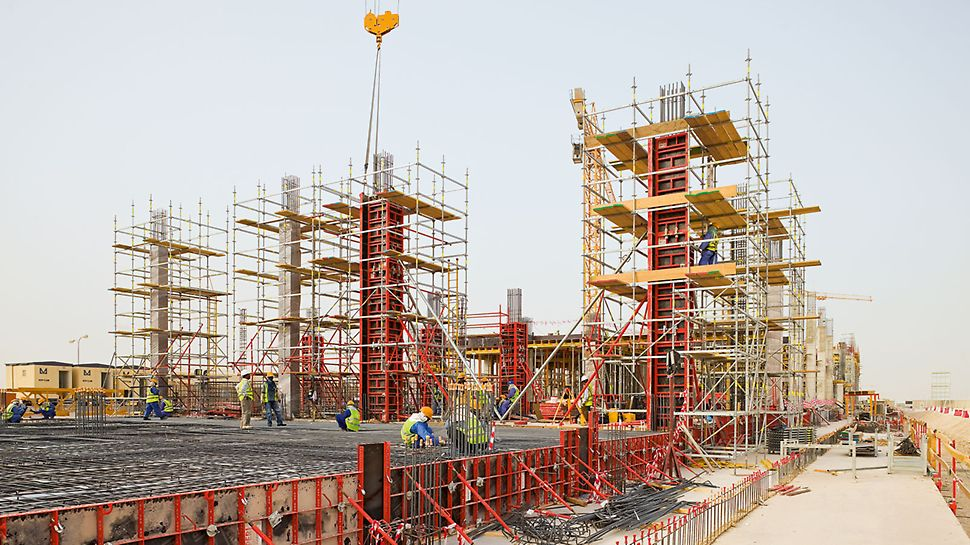 Construction of the Barwa Commercial Avenue with PERI UP Rosett scaffolding units