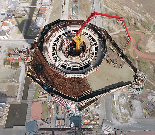 Turning Torso, Malmö, Sweden - With help of the PERI ACS-P self-climbing system, the formwork for the circular high-rise building core and concrete placing boom were simultaneously moved hydraulically from floor to floor.