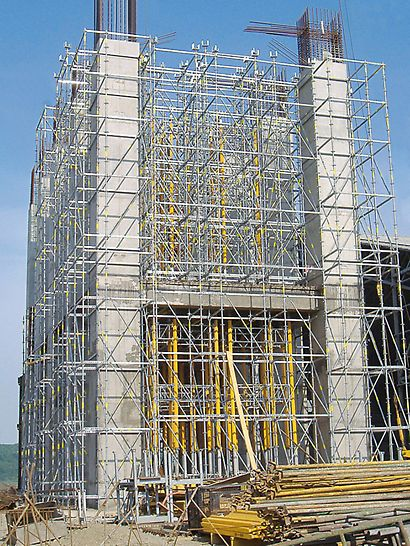 Cement plant Ivano-Frankowsk, Ukraine - An ideal combination and perfectly adapted: PERI UP modular scaffold and the MULTIPROP system - the two modular load-bearing systems for high loads and for use at great heights.