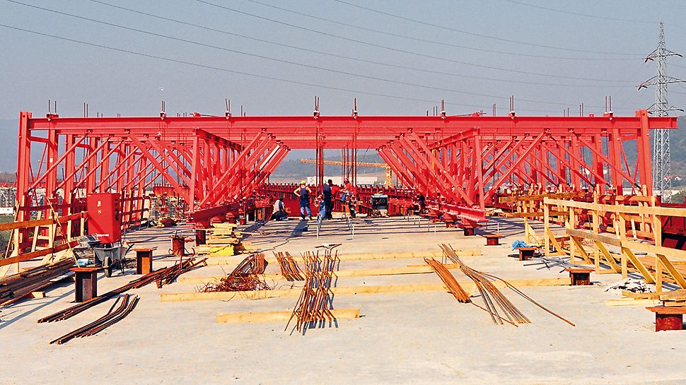 Trmice Motorway Bridge, Aussig, Czech Republic - With the PERI steel composite formwork carriage, Prague-based METROSTAV AG had a very efficient, all-purpose piece of equipment at its disposal.