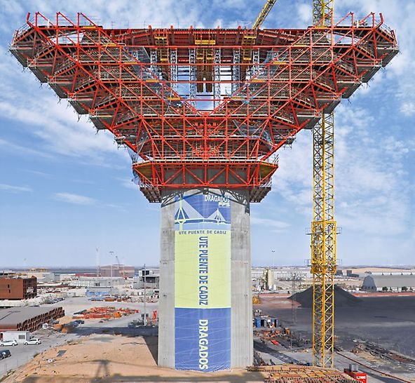 Puente de La Pepa, Bahia de Cádiz, Spain - With the PERI steel construction, the high concreting loads from the 47 m wide pylon expansion could be safely transferred into the base.