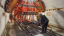 The hydraulic VARIOKIT arched formwork carriage is flexibly adjusted to the conditions in the Elbe tunnel in Hamburg.
