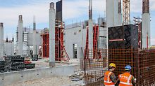 Due to the high fresh concrete pressure that could be accommodated, the square-shaped columns were realized with PERI TRIO Column Formwork using a 5.50 m high concreting section. For the rising reinforced concrete core walls, large-sized units of TRIO Wall Formwork were moved by crane.
