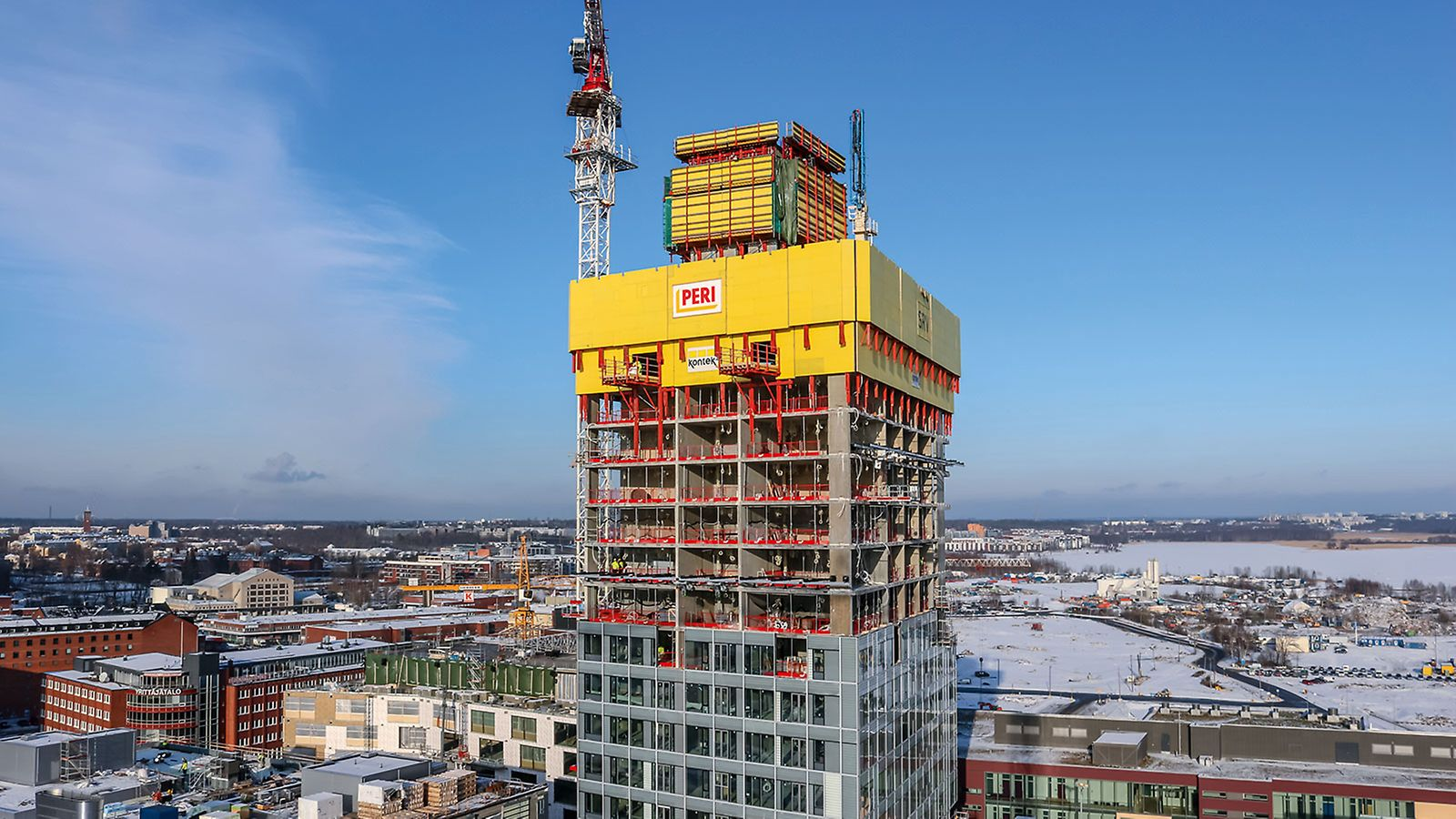 For constructing the 134 m high residential building, safety was a top priority. The PERI RCS P Climbing Protection Panel served as an enclosure as well as anti-fall protection. The gap-free enclosure of the skeleton structure´s floors protected the construction team also at great heights against strong winds and the weather.
