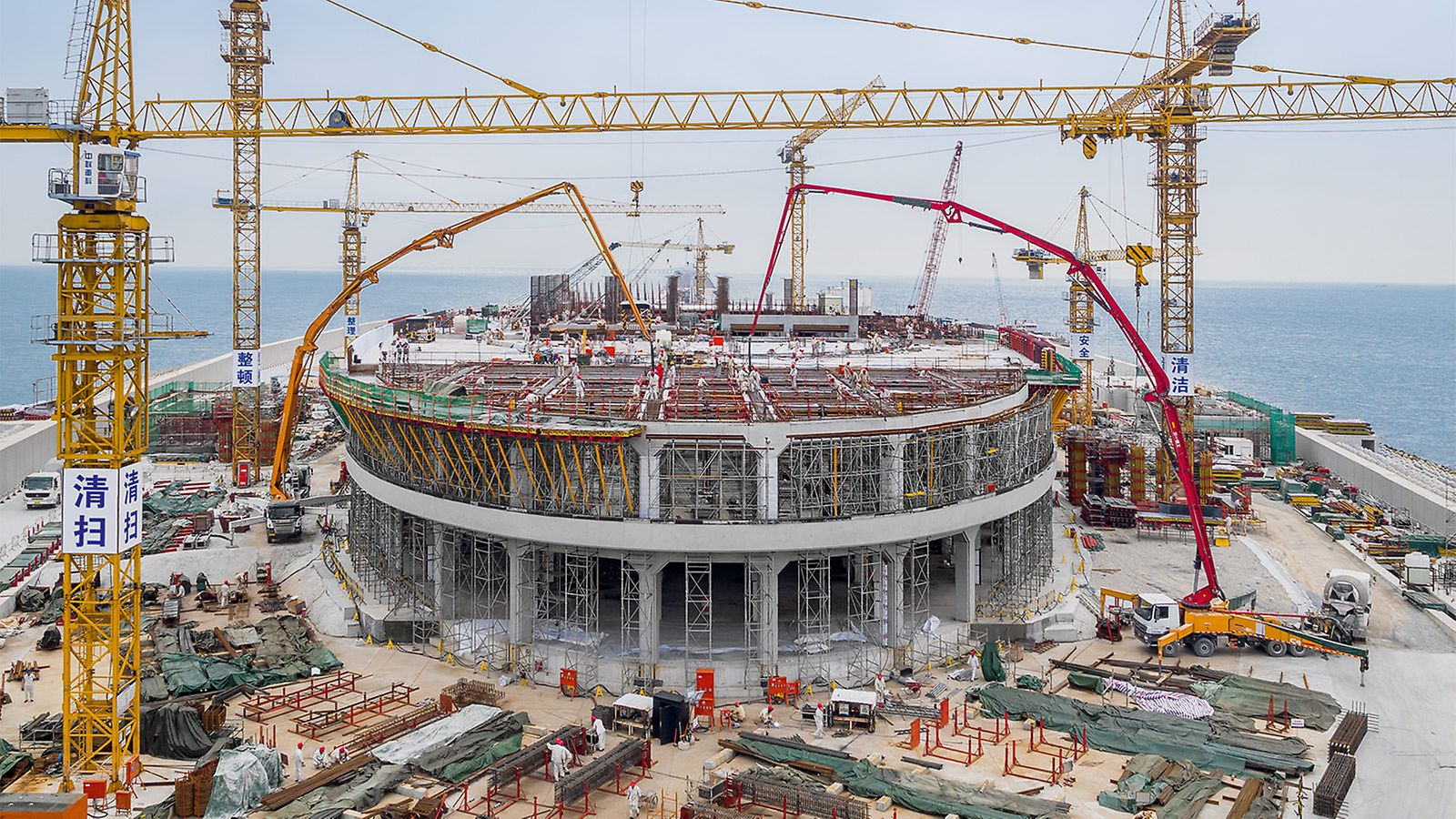 PERI also planned and delivered the formwork solutions for the circumferential wave breakers as well as the multi-storey operation buildings on the artificial islands. The highest possible architectural concrete quality was the decisive requirement for the execution of the construction work.
