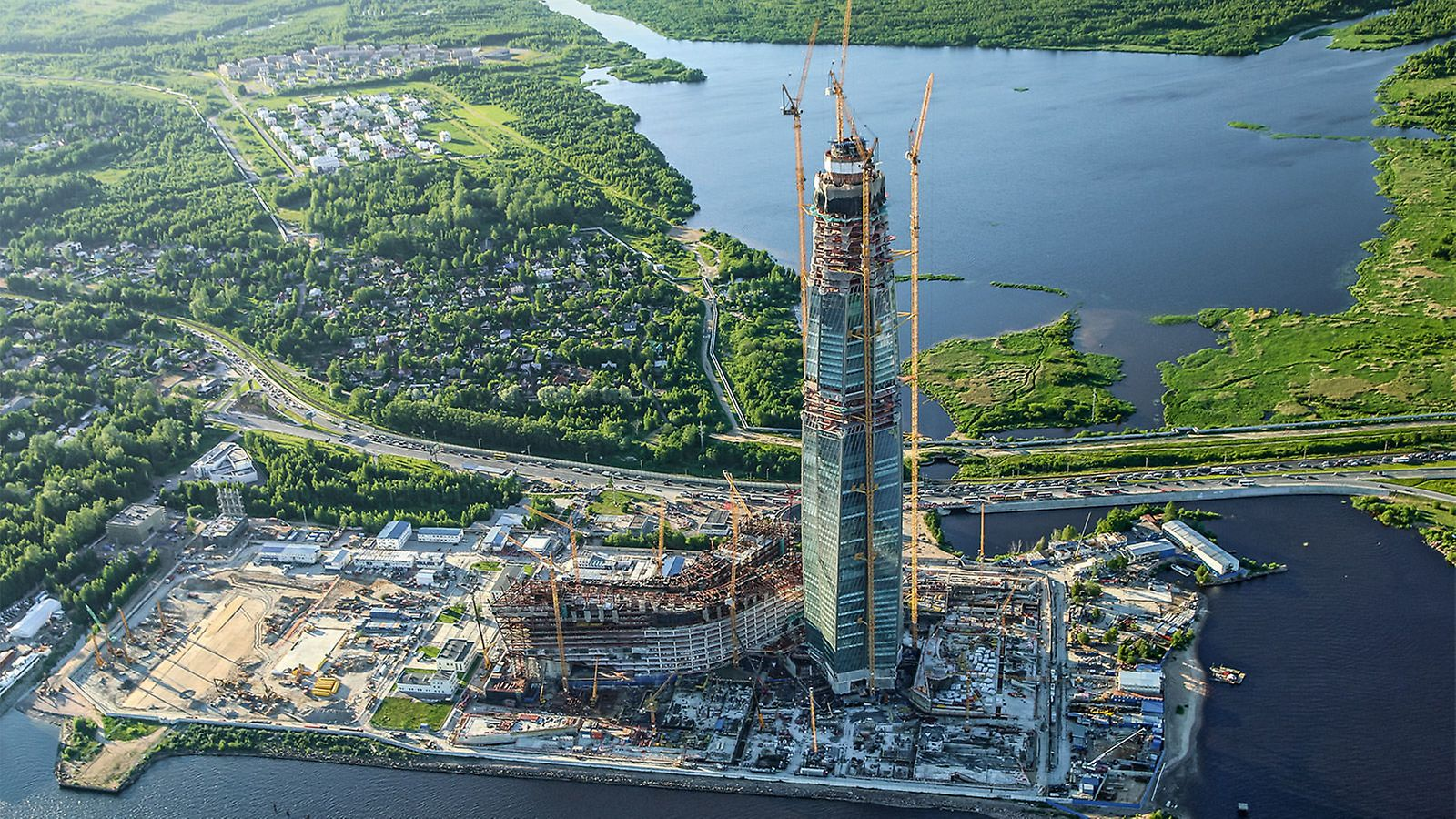 The future highest high-rise building in Europe is currently being realized in Saint Petersburg: the headquarters of the energy company Gazprom will reach a total height of 462 m. Spectacular multi-functional buildings, an amphitheater and spacious parks complement the complex.