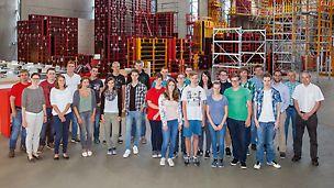 Gruppenbild der neuen Auszubildenden und Studenten die ab September 2015 bei PERI GmbH in Weißenhorn anfangen.