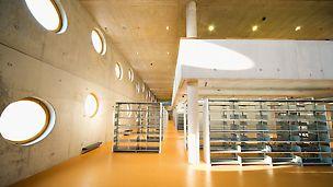 Knjižnica Königgrätz, Češka - za vidljive površine zidova zahtijevao se vidni beton maksimalne kvalitete, bez pora i bez odstupanja u osjenčanju.