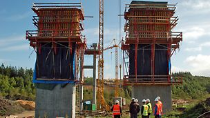 Funder Ådal - VARIO forme på CB klatrekonsoller til støbning af de permanenter bropiller.  I baggrunden står en midlertidig bropille som bruges til fremskubning af broen.