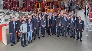 Professoren der baubetrieblichen Fakultäten aus Deutschland und Österreich kamen der Einladung von PERI nach und ließen sich an zwei Tagen über den neuesten Stand der Technik im Bereich Schalungs- und Gerüstsysteme informieren.