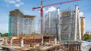 SPRM Verwaltungsgebäude, Putrajaya, Malaysia: Drei aufgeständerte Hochhäuser bilden den neuen Verwaltungssitz der Behörde SPRM. PERI unterstützte den Baufortschritt mit einer effizienten Kletterschalungslösung, einem komplexen Traggerüst und umfangreichen Dienstleistungen.