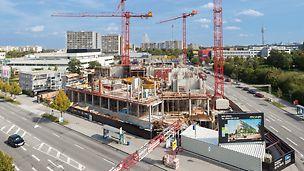 Luftaufnahme der Baustelle an Straßenkreuztung mit Kran