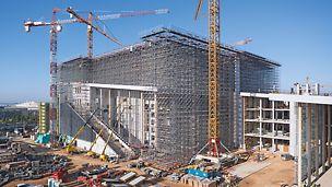 Soluție de susținere și platforme de lucru pentru execuția acoperișului, inclusiv soluționarea rezistenței la cutremur pentru Centru cultural al Fundației Stavros Niarchos din Atena. Proiect realizat de Architect Renzo Piano.