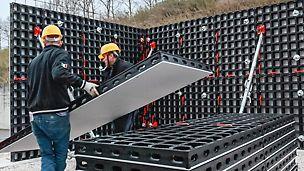 Assemblaggio manuale: due persone possono facilmente mettere in opera due pannelli sovrapposti con altezza complessiva di 270 cm.