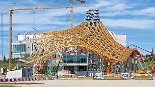 Centre Pompidou, Metz, Francuska - krovna konstrukcija u obliku šatora doseže vrhunac na 77 m visine. PERI UP tornjevi za podupiranje visoki su do 32 m, prilagodbu kompleksnoj krovnoj konstrukciji omogućuju sistemske komponente iz VARIOKIT inženjerskog modularnog sistema.