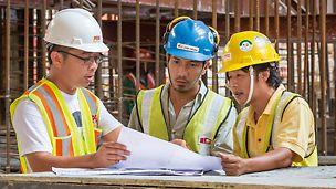 Tecnici specializzati PERI si assicurano che le attrezzature PERI vengano impiegate con efficienza in cantiere