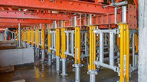 Die Fachwerktische auf Basis des VARIOKIT Ingenieurbaukastens wurden auf MULTIPROP Lasttürmen abgestützt.