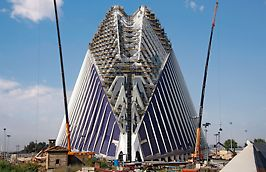 Edificio Ágora, Valencia, España - Una estructura enorme de andamio realizada con PERI UP Rosett, proporcionó acceso  permanentemente a todas las plataformas y áreas de trabajo hasta una altura de casi 80 m.