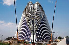 Edificiul Ágora, Valencia, Spania - O structură imensă de schelă PERI UP Rosett a asigurat căi de acces și zone de lucru sigure pentru activitățile din șantier până la o înălțime de aproape 80 m.