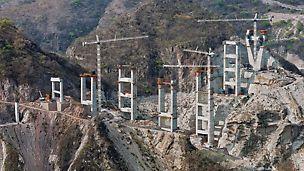 Puente Baluarte, Meksiko - uz dva pilona na oba ruba klanca gradi se i ukupno devet dvostrukih stupova koje podupiru masivni poprečni profili.