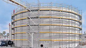 Gleichläufige Gerüsttreppen haben den Vorteil, dass neben den Treppenläufen auch Arbeitsebenen verfügbar sind.
