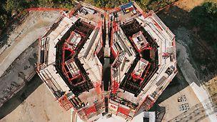 Viaduc de Millau, Francie: V místech se zdvojenými pilíři bylo nasazeno 14 kompletních samošplhavých sestav ACS s teleskopickými pracovními lávkami.