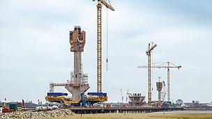 Most Mersey Gateway, z Runcorn do Widnes, Velká Británie: Celkem 3 pylony s výškou až do 125 m nesou nový most na severozápadě Anglie přes řeku Mersey v délce cca 1 000 m. Most Mersey Gateway je i s předmostím dlouhý 2 130 m. Navržené samošplhavé bednění PERI umožnilo práci nezávislou na možnosti použití jeřábu a povětrnostních podmínkách.