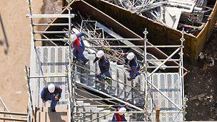 Bequeme Zugänge, schnelle Bergung Verletzter mit Tragen, breite Podeste bei nach wie vor leichten Einzelbauteilen, die ohne Werkzeug montiert werden – wesentliche Merkmale der PERI UP Flex Treppe 125.