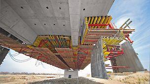Kompletne deskowanie przęsła o rozpiętości ponad 40,0 m jest otwierane w zależności od geometrii ustawienia siłownikami hydraulicznymi  w ciągu 4 do 8 godzin.