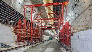 Esialgu betoneeris meeskond tunneli põranda, millele oli oluline paigaldada rööpad konsoolraketisega käru liigutamiseks. See töö määras ka kogu edaspidise tööde teostamise võimaluse, kuna kõik raketisesüsteemid kasutasid samu rööpaid. Terve konstruktsioon toetub samadele vundamentidele, mille valamiseks komplekteeriti vajalik raketis. See raketisekäru toetas ka alumise sõidutee tasapinna paneelide paigaldamist.