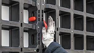 Łącznik licuje płyty i po zmontowaniu.nie wystaje poza ich płaszczyznę, co pozwala na płaskie składowanie w stosie większych, zmontowanych jednostek deskowania.