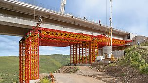 VARIOKIT heavy-duty shoring towers and truss girders are used as load-bearing shoring for the boundary segments of a 412-m long motorway bridge.