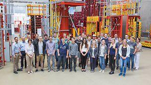 Gruppenbild der Studenten und Auszubildenden im Familienunternehmen PERI, die 2016 ihr Studium bzw. Ausbildung in Weißenhorn beginnen werden.
