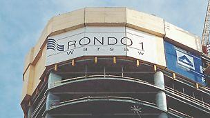 Komplex RONDO 1: Ochranná šplhavá stěna PERI plně uzavírá okraje a je se stavbou těsně a bezpečně spojena lištami a botkami pro šplhání i v průběhu přemísťování.