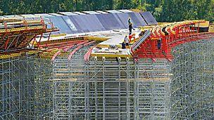 Ansamblu de poduri pe Autostrada D1, Slovacia - Schimbarea constantă a secțiunii transversale a suprastructurii a impus cerințe ridicate pentru echipamentul VARIOKIT.