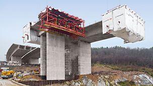 Chachenka Autobahnbrücke, Moskau, Russland - Die 22,25 m breiten Überbauabschnitte wurden mit Abschnittslängen von 3,40 m bis 4,10 m im regelmäßigen 10-Tage-Takt hergestellt.
