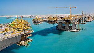 Most Sheikh Khalifa, Abu Dhabi, Spojené arabské emiráty: Prostřední úsek mostu s velkým rozpětím byl budován metodou letmé betonáže.